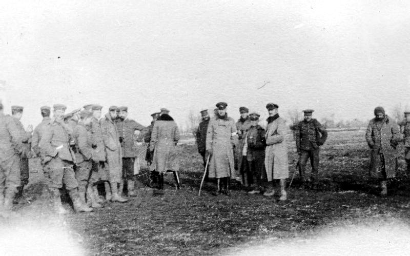 British and German troops meeting in no man's land during the unofficial truce (British troops from the Northumberland Hussars, 7th Division, Bridoux–Rouge Banc Sector